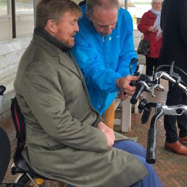 Koning fietst met 95-jarig fietsmaatje